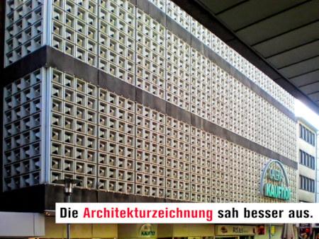 Hässliche Fassade in der Innenstadt von Hannover. Darunter der Text: Die Architekturzeichnung sah besser aus.