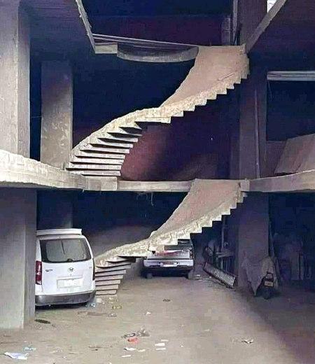 Unbeschreibliches Foto falschherum gebauter Treppen.
