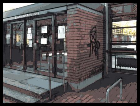 Stark mit Gimp bearbeitetes Foto einer Schule, neben deren Eingang das Graffito 'Trap' gesprüht wurde