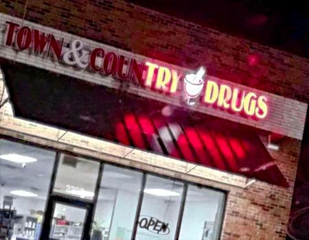 Kaputte Leuchtanzeige, bei der nur noch die Buchstaben TRY DRUGS erleuchtet sind
