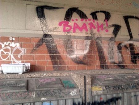 Graffito an der Ruine des Ihmezentrums in Hannover-Linden: Bäääh!