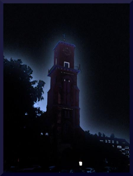 Stark mit Gimp bearbeitetes Foto eines Kirchturms in einem Wohngebiet