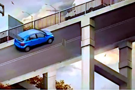 Schwierig zu beschreibende Fotomanipulation, die eine Straße zeigt, die durch falsche Perspektive gleichzeitig die Unterseite einer Brücke ist – und auf beiden Seiten fahren Autos.