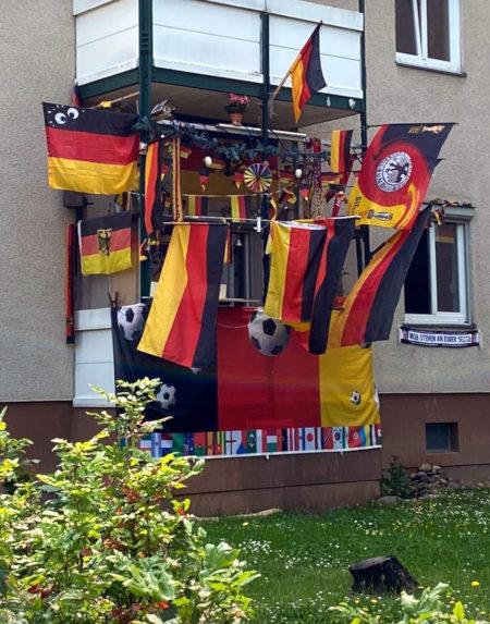 Ein mit BRD-Flaggen behängter Balkon