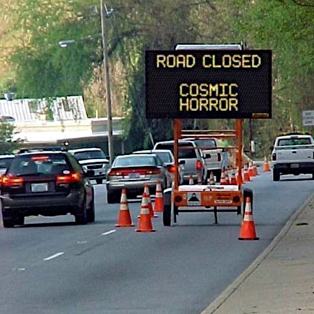 Auf einer Straße in den USA aufgestellte Hinweistafel: Road closed. Cosmic horror.