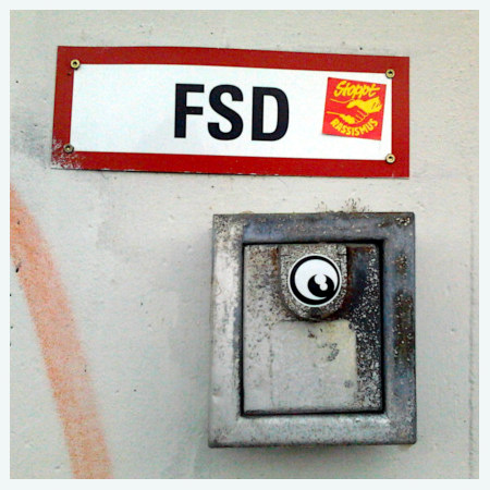 Kryptisches Schild in der Ruine des Ihmezentrums in Hannover-Linden: FSD