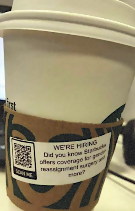 Starbucks-Becher aus den USA mit Aufkleber: We're hiring -- Did you know Starbucks offers coverage for gender reassignment surgery and more?