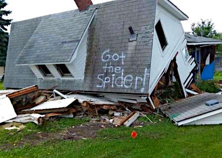 Auf das Dach eines eingestürzten Hauses hat jemand »Got the spider« gesprüht