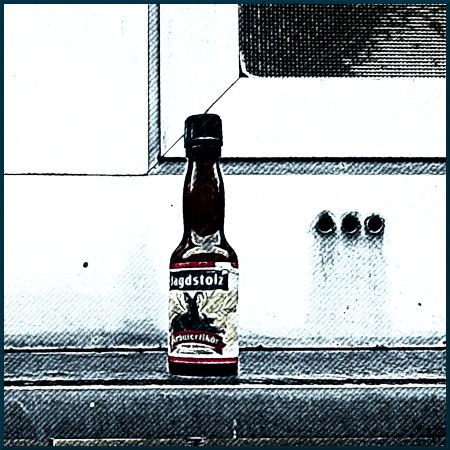Foto eines Fläschchens Kräuterschnaps, Marke 'Jagdstolz', das achtlos auf eine Fensterbank gestellt wurde, weil der Mülleimer zehn Meter weit weg war -- stark mit Gimp bearbeitet