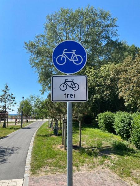 Verkehrszeichen 'Radweg', das einen benutzungspflichtigen Radweg markiert, darunter Zusatzschild 'Für Radfahrer frei'.