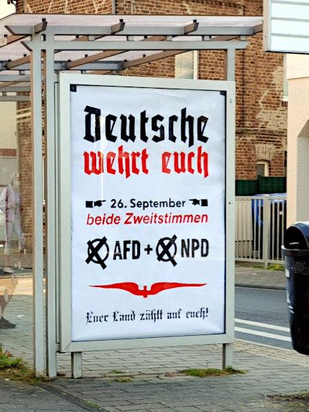 Werbeplakat an einer Bushaltestelle: Deutsche, wehrt euch -- 26. September beide Zweitstimmen (X) AFD und (X) NPD -- Euer Land zählt auf euch