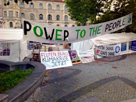 Fridays-for-Future-Zeltlager vor dem hannöverschen Rathaus, unter anderem mit dem missverständlichen Transparent: Fluten, Brände, Klimakrise jetzt