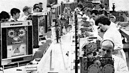 Fertigungsstraße bei NSM im Jahr 1969, Herstellung des Gerätes 'Goldene 7', durch sehr viele Arbeiter und Arbeiterinnen