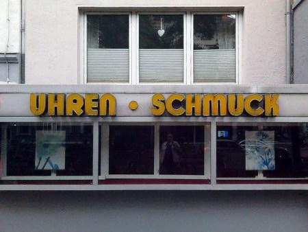 Fassade und Schaufenster eines leeren Geschäftes in der Geibelstraße, Hannover-Südstadt. In schönster Siebziger-Jahre-Ästhetik der Schriftzug »UHREN - SCHMUCK«.