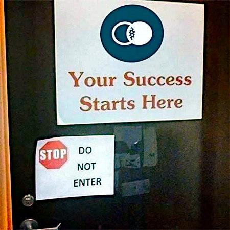 Tür mit zwei Aufklebern. Auf dem ersten steht: Your Success starts here. Auf dem zweiten steht: Stop! Do not enter!