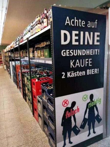 Achte auf deine Gesundheit! Kaufe zwei Kästen Bier! Darunter eine Illustration eines Menschen, der einseitig belastet wird, weil er nur einen Bierkasten trägt, dazu das Wort 'falsch', und eines Menschen, der zwei Bierkästen trägt und deshalb gleichmäßig belastet ist, dazu das Wort 'richtig'.