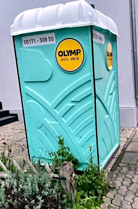 Mobile Toilettenkabine der Marke 'Olymp'.