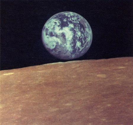 Foto der Erde über dem Mondhorizont