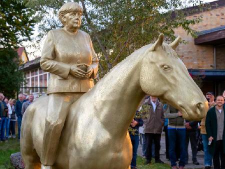 Absurd aussehendes Reiterstandbild von Nochbundeskanzlerin Angela Merkel in Etsdorf