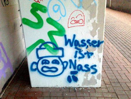 Graffito an der Ruine des Ihmezentrums: Wasser ist nass