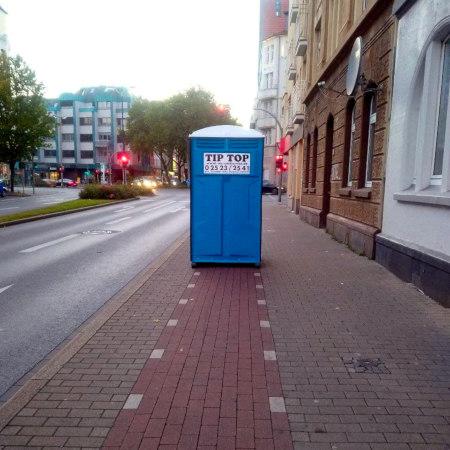Foto: Ein Dixiklo steht mitten auf einem Radweg