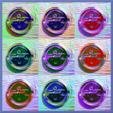 Unbeschreibliches, stark mit Gimp bearbeitetes Bild in der Ästhetik von Andy Warhol. Gezeigt wird ein kaputter Klopapierabroller 'Tiger' in einer Drei-mal-drei-Matrix.